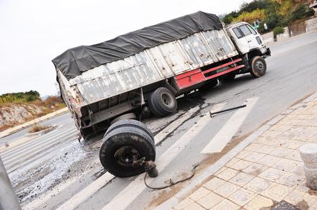 Een omgevallen vrachtwagen op een snelweg in een ongeval. Stockfoto