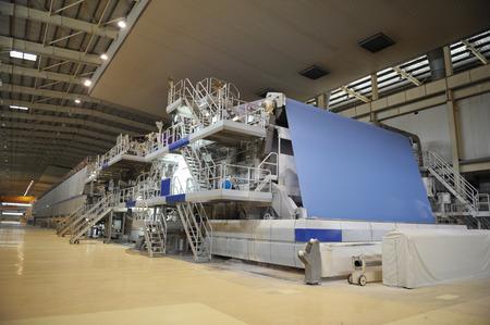 워크숍에서 제지 공장 기계