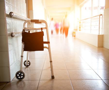 Metalen wandelaar geparkeerd in ziekenhuishal. Stockfoto