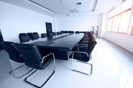 oficina ejecutiva: Empty business conference room interior.