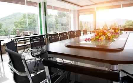 Table de conférence et les chaises en salle de réunion  Banque d'images - 75215485