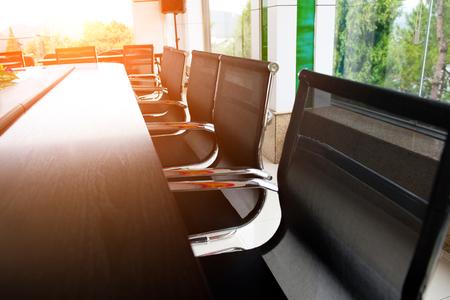 회의실의 회의 테이블과 의자 스톡 콘텐츠