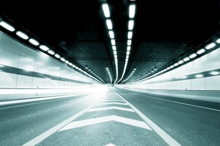 tunnel di luce: Velocit� di movimento astratto in galleria urbana strada strada, offuscata movimento verso il Tiro centrale da una macchina in movimento lento