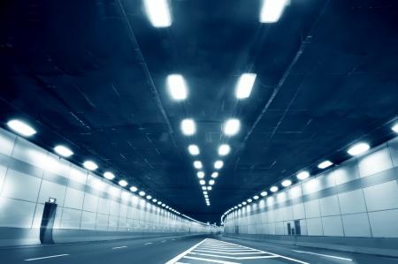トンネル: 都市高速道路の道のトンネル、遅い移動車から中央のショットぼやけて運動の抽象的な速度モーション