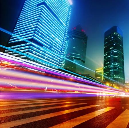 urban colors: los senderos de luz en el fondo moderno edificio en shanghai china Foto de archivo
