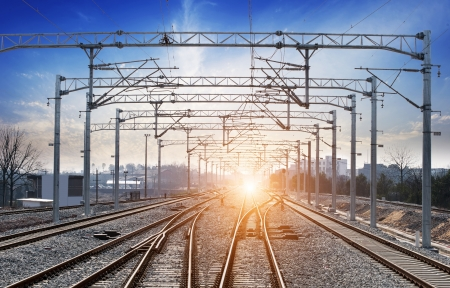 se�al de transito: El camino a seguir ferrocarril Foto de archivo