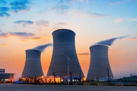 kraftwerk: Spitzen der Kühltürme des Atomkraftwerks Lizenzfreie Bilder