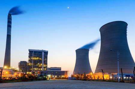 toppen van de koeltorens van de kerncentrale Stockfoto