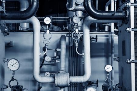 Close-up van de manometer, leidingen en kraan kranen van verwarming in een stookruimte