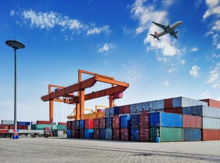 Industrie-Hafen mit Containern Standard-Bild - 20516391