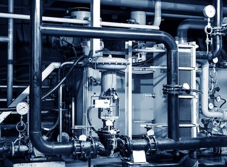Primo piano di manometro, tubi e valvole rubinetto del sistema di riscaldamento in un locale caldaia Archivio Fotografico