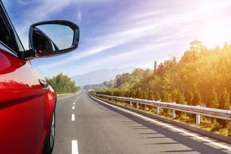 coche en la carretera con el fondo de desenfoque de movimiento.