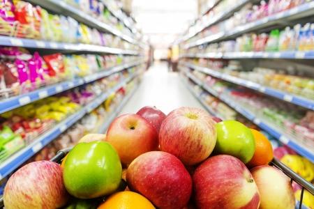 Supermarkt interieur, gevuld met de vrucht van de winkelwagen.