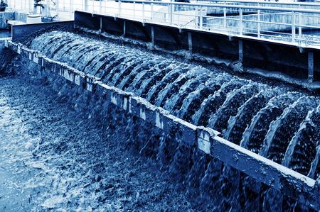 depuradoras: Planta de tratamiento de aguas residuales urbanas moderna.