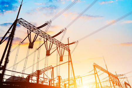 redes electricas: Alto voltaje de la subestación eléctrica con transformador