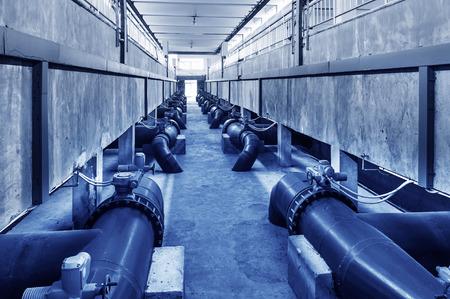 water pipe: Pipa de agua en una planta de tratamiento de aguas residuales