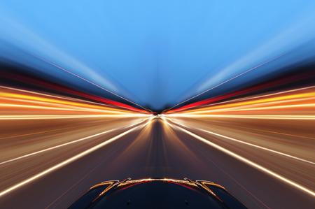 coche en la carretera con el fondo de desenfoque de movimiento Foto de archivo