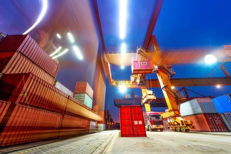 Industrie-Hafen mit Containern Standard-Bild - 27639713