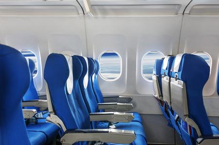항공기 좌석과 창문 빈.