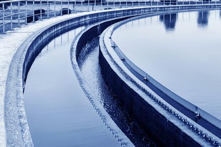 aguas residuales: Planta de tratamiento de aguas residuales urbanas moderna.