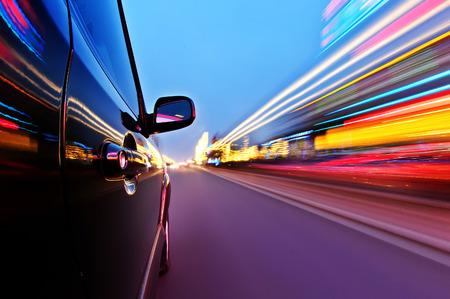 모션 블러 배경으로 도로에 자동차.