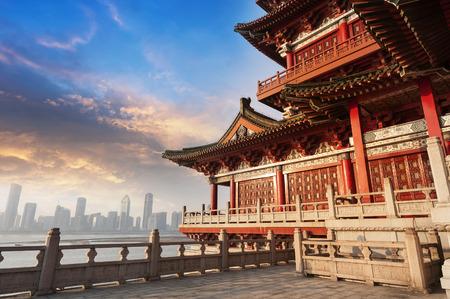 Blauwe hemel en witte wolken, oude Chinese architectuur