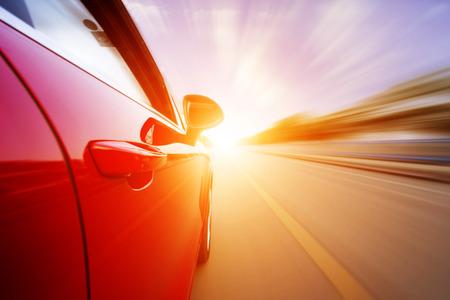 Auto auf der Straße mit Bewegungsunschärfe Hintergrund. Standard-Bild - 29011456