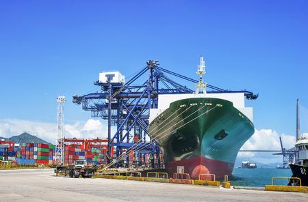 puerto industrial con contenedores Foto de archivo