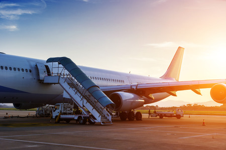 航空ショー: 夕暮れ時、空港のターミナルのそばの飛行機