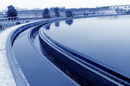 현대 도시의 폐수 처리 공장. 스톡 콘텐츠