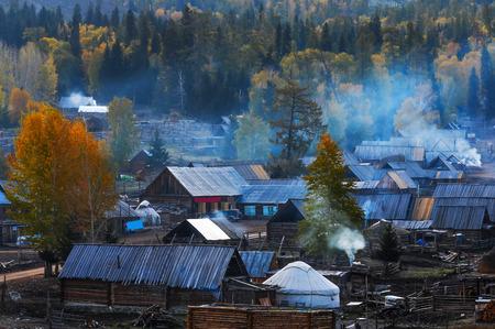 xinjiang: Village Hemu dans la r�serve naturelle Kanas, le Xinjiang, en Chine