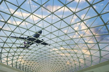 Glaswand und Flugzeugen vor einem blauen Himmel Standard-Bild - 34916453