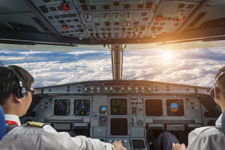 航空機: 飛行機のコックピットと曇り空 写真素材