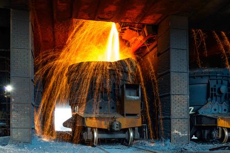 Flüssiges Eisen aus Pfanne im Stahlwerk Standard-Bild - 34926129