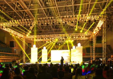 Silhouetten von Konzert Menschenmenge vor dem hellen Bühnenlicht