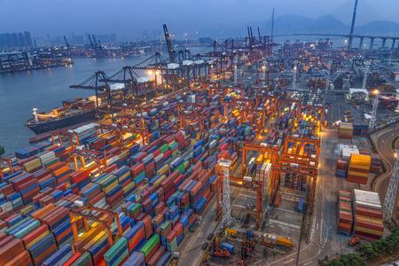 medios de transporte: puerto industrial con contenedores Foto de archivo
