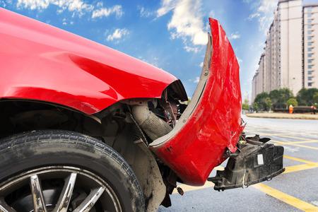 Autounfall mit an der vorderen Stoßstange gebrochen Standard-Bild - 34946496
