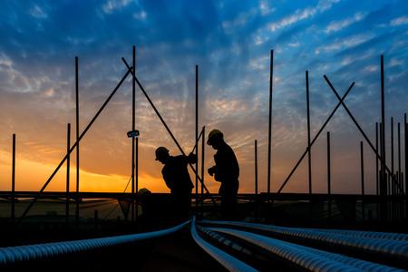 obreros trabajando: trabajador de la construcci�n en sitio de construcci�n