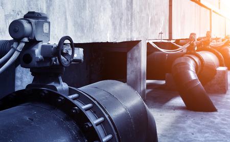 aguas residuales: Pipa de agua en una planta de tratamiento de aguas residuales