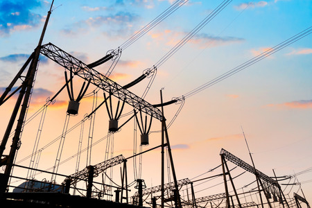 redes electricas: Alto voltaje subestación eléctrica con transformadores