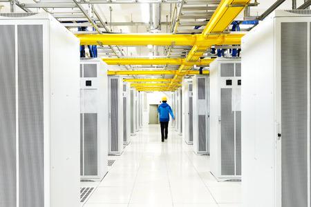 Arbeiter Überprüfung im Telekommunikationsraum Standard-Bild - 35018222