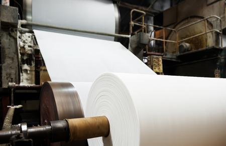reciclaje papel: F�brica de papel de m�quina Foto de archivo