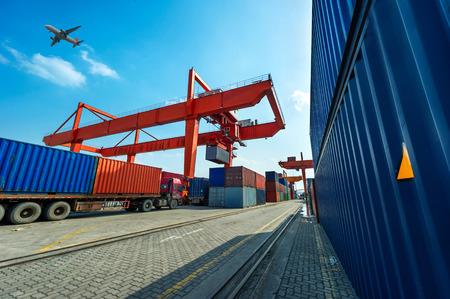 Industrie-Hafen mit Containern Standard-Bild - 35091623