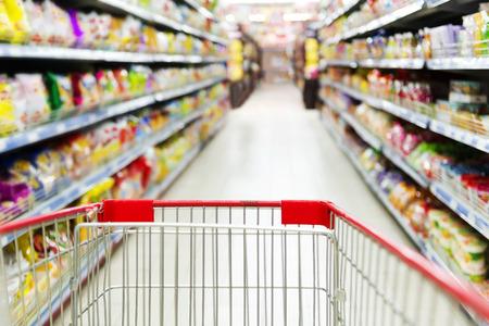 슈퍼마켓 인테리어, 빈 빨간색 쇼핑 카트입니다. 스톡 콘텐츠
