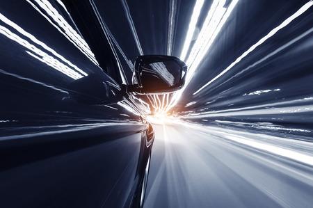 Auto auf der Straße mit Bewegungsunschärfe Hintergrund. Standard-Bild - 35167539