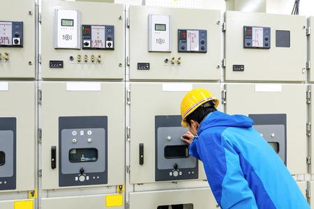 electricidad industrial: hombre mano presionando el botón - a partir de procesos industriales