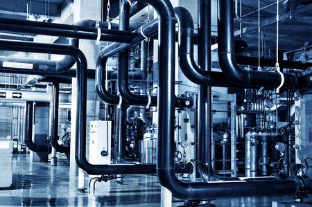 Moderne attrezzature sala caldaie per il riscaldamento. Condotte, pompa acqua, valvole, manometri.