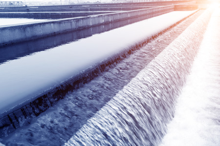 purified water: Planta de tratamiento de aguas residuales urbanas moderna.