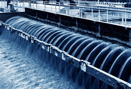 agua: Planta de tratamiento de aguas residuales urbanas moderna.