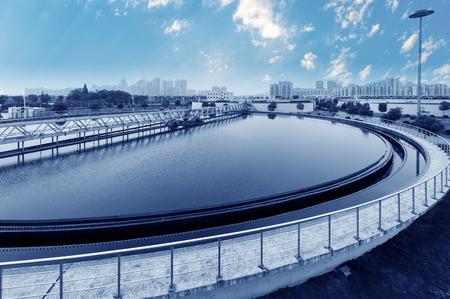 filtration: Planta de tratamiento de aguas residuales urbanas moderna.